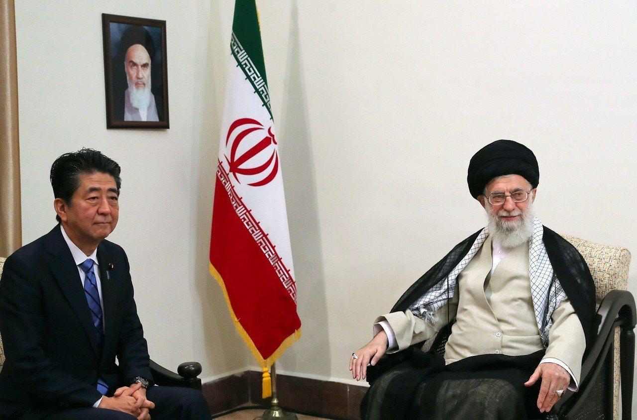 日本首相安倍晉三(左)十三日會見伊朗最高領袖哈米尼(右),同日兩艘油輪在中東遇襲...