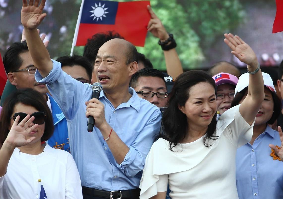 高雄市長韓國瑜(左二)昨天在雲林造勢,韓與妻子李佳芬(右)在台上向群眾揮手致意。...