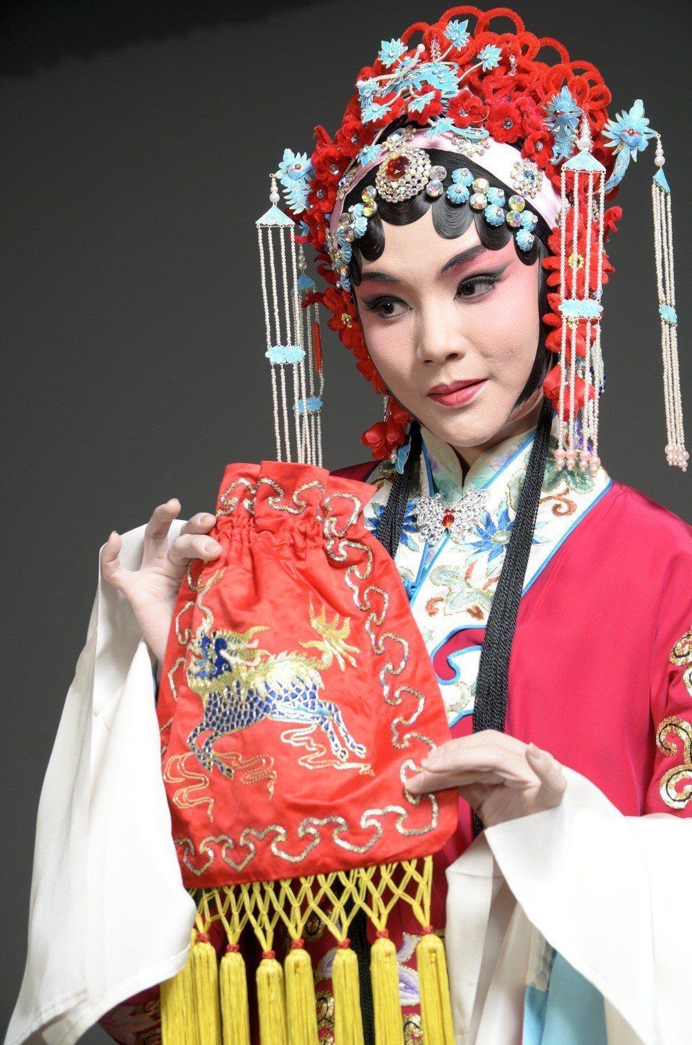 程派名劇「鎖麟囊」,在中國大陸因貧家女接受富家女餽贈,犯了大陸的「階級調和論」而...