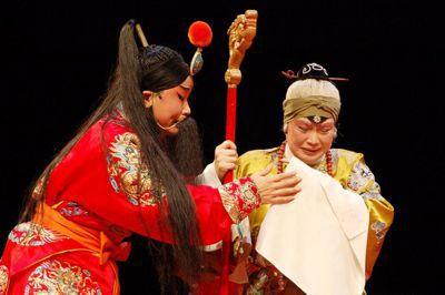 台灣劇團在「四郎探母」中補寫了四郎獻北方地理圖的情節,讓四郎的叛國反轉為「臥底」...