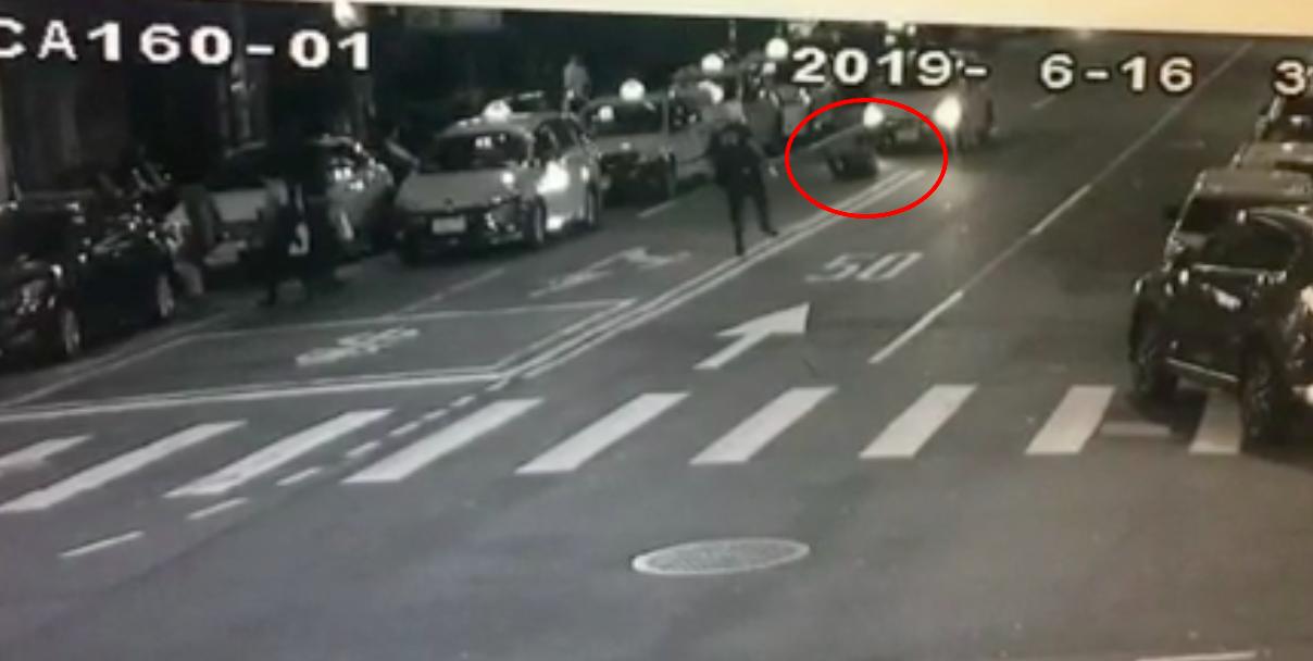 邱嫌朝警方開了1槍,隨後踉蹌跌坐在地。記者蕭雅娟/翻攝
