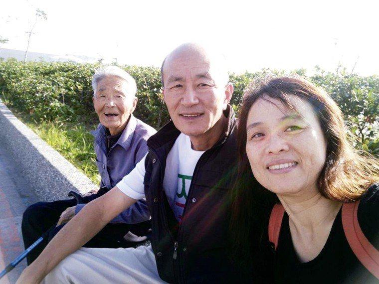 公公(左起)跌倒前,蘇燕君夫妻常帶著他出遊,老人家出門很開心。 圖╱蘇燕君提供