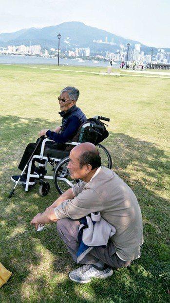 蘇燕君的先生(前)是主要照顧者。 圖╱蘇燕君提供