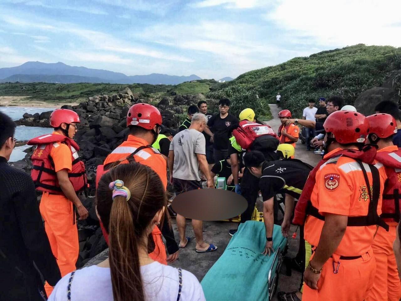 張姓男子在白沙灣麟山鼻海岸溺水,被救起時已無生命跡象。記者吳淑君/翻攝