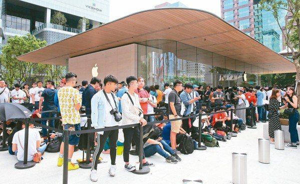蘋果在台第二家直營店「Apple信義A13」昨天開幕,大批果粉排隊多時等候進場。...