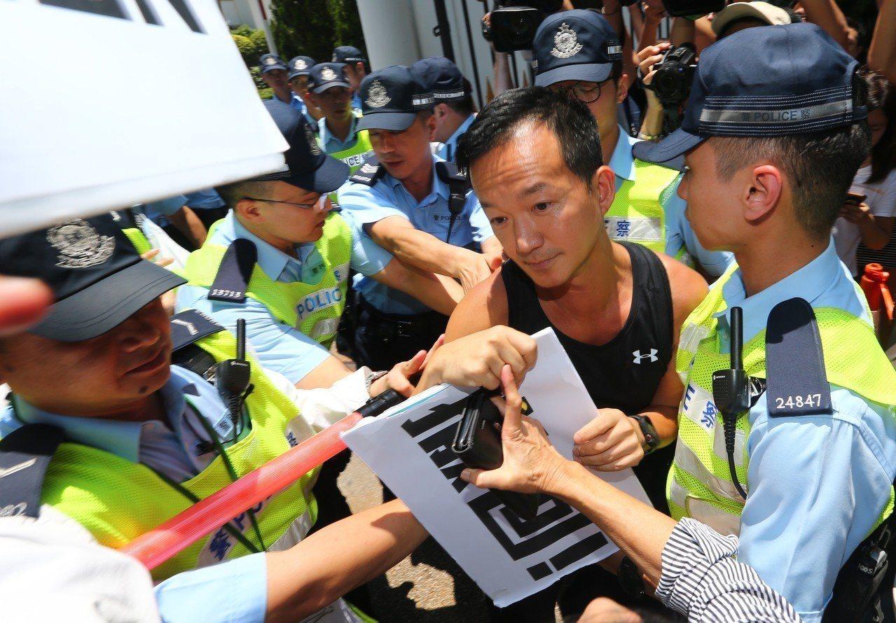 香港特首林鄭月娥15日宣布暫緩修訂逃犯條例,三位民主派議員在府外要求撤回。 特派...