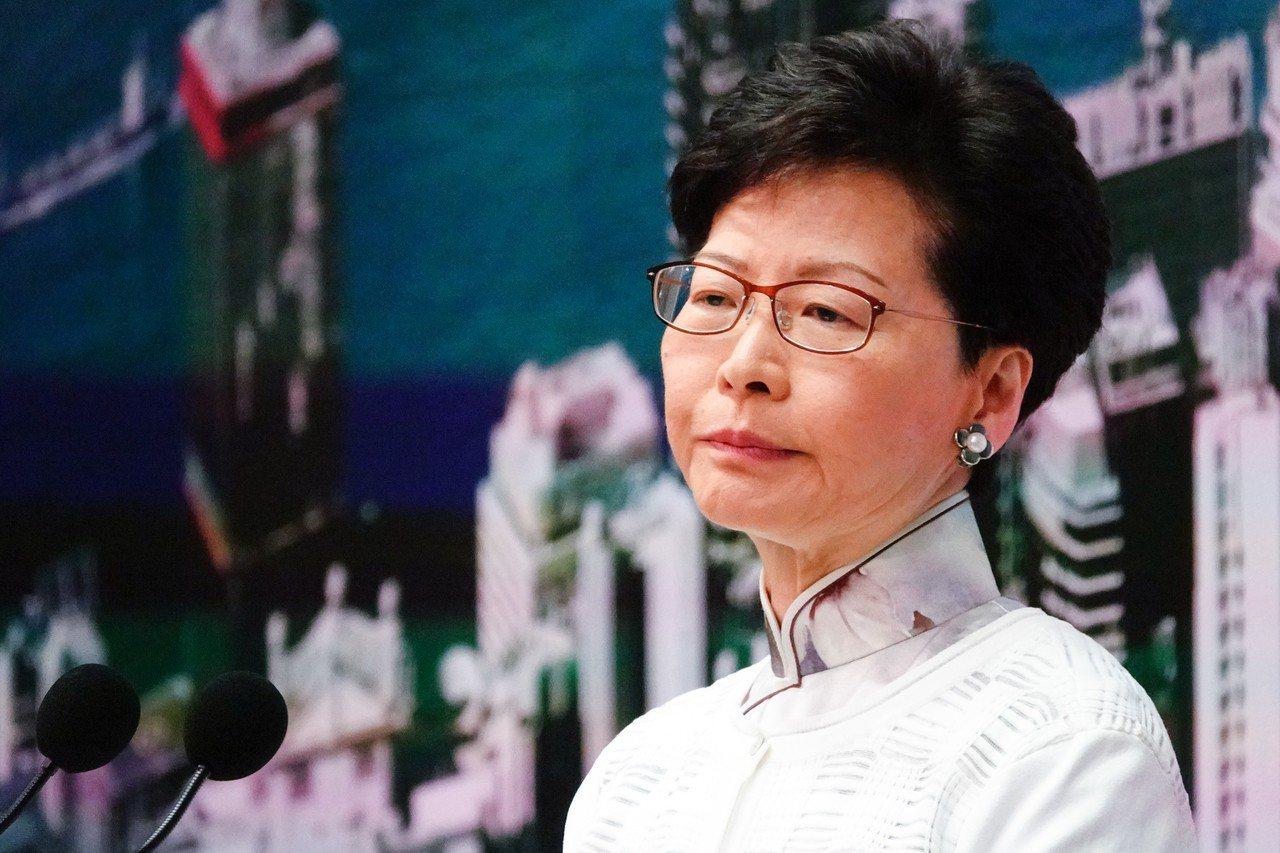 香港回歸22年,特首董建華、梁振英和現任的林鄭月娥,人人任內都有一場大風大雨,說...