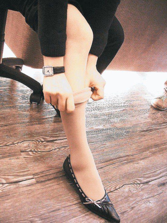 經常坐辦公室的人,配一雙彈力襪,可促進下肢靜脈血液回流到心臟。 本報資料照片