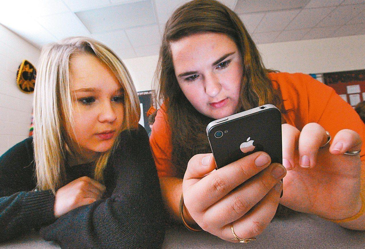 越來越多美國民眾只依賴智慧型手機上網。 美聯社