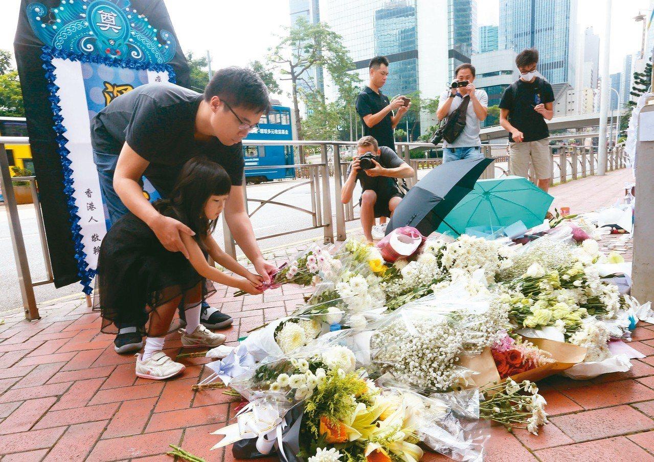 今天上午香港有不少民眾前往太古廣場獻花並綁上黃色雨衣表示哀悼。反送中遊行下午照常...