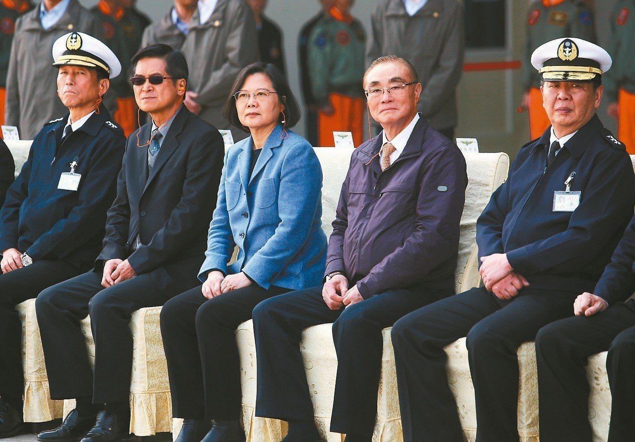 李喜明(左一)的總長任期即將屆滿,海軍司令黃曙光(右一)曾是下任參謀總長的熱門人...