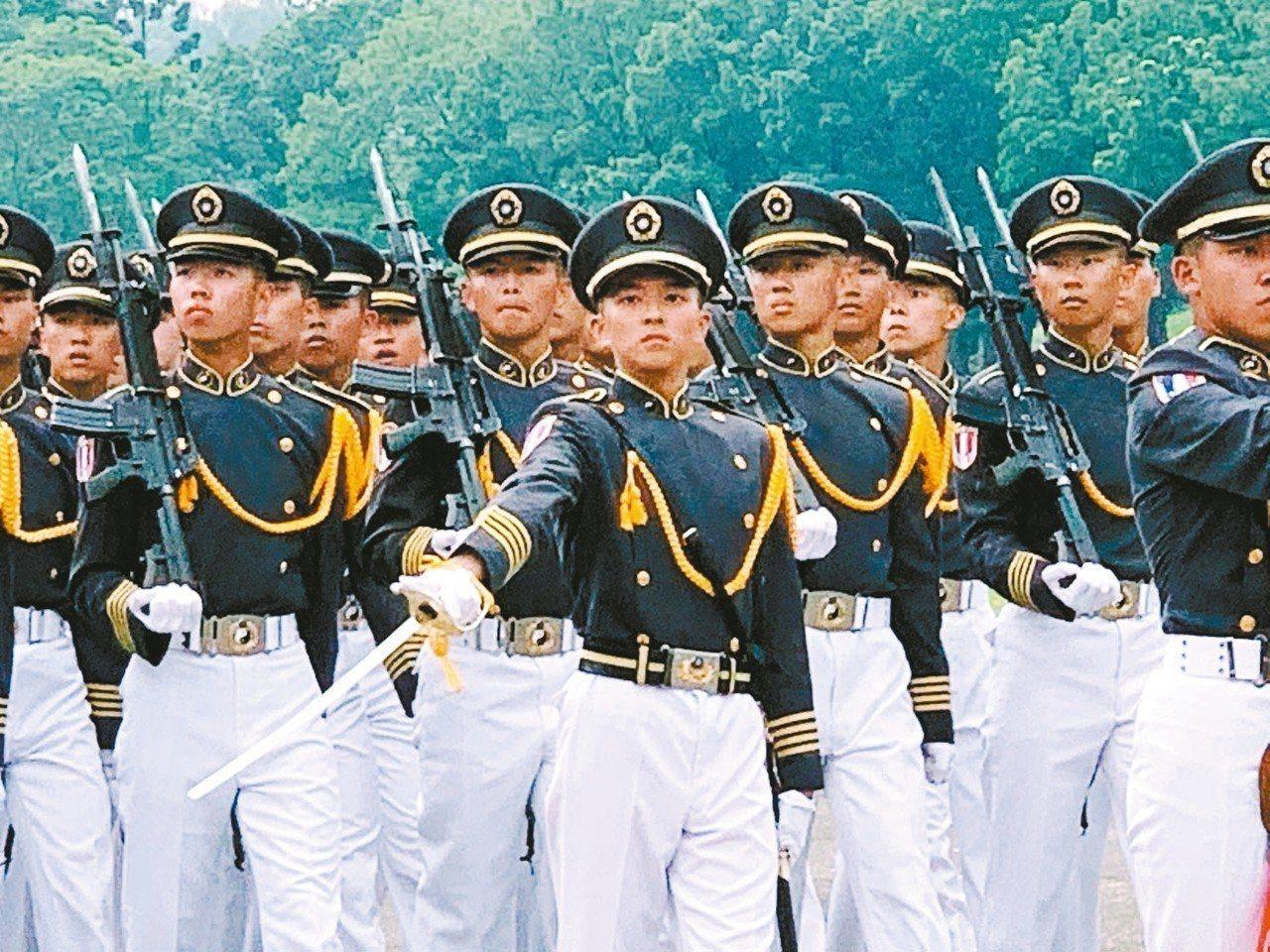 陸軍官校上午舉行95周年校慶典禮,由國防部長嚴德發主持,現場有盛大陸空分列式。 ...