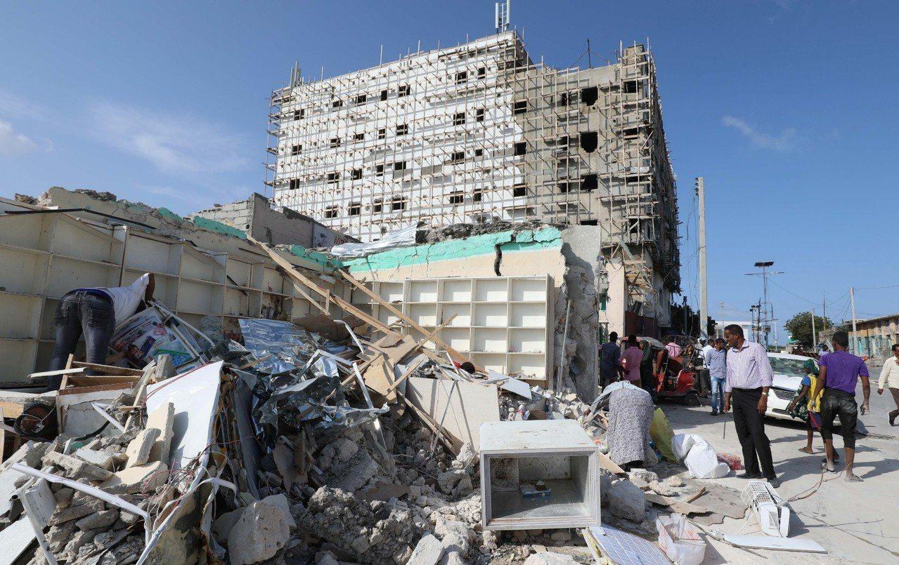 索馬利亞國會大樓附近發生汽車炸彈爆炸案,造成8人死亡和16人受傷。 路透社