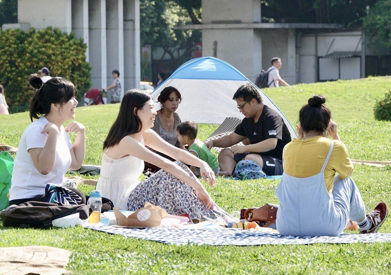 中央氣象局觀測,台北測站中午氣溫達攝氏36.7度,成為今年以來台北測站的最高溫紀...