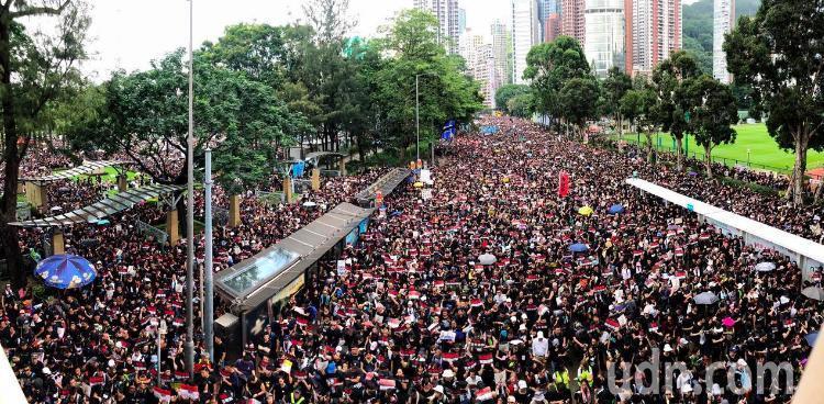 香港特首林鄭月娥宣布暫緩逃犯條例修訂,但民間人權陣線及泛民派人士依然號召進行反修...