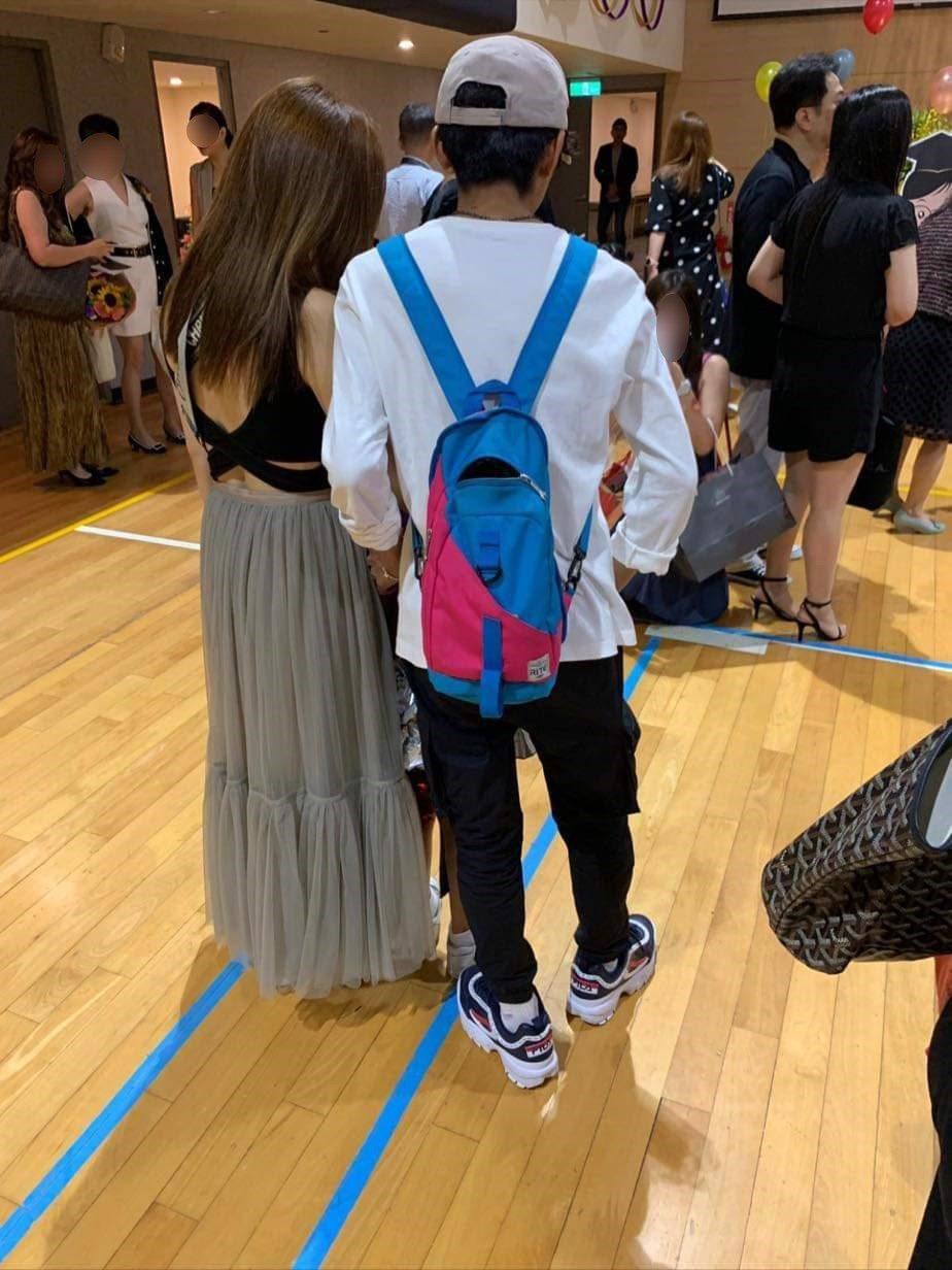 網友拍到阿翔與老婆Grace出席女兒的畢業典禮。 圖/擷自爆廢公社