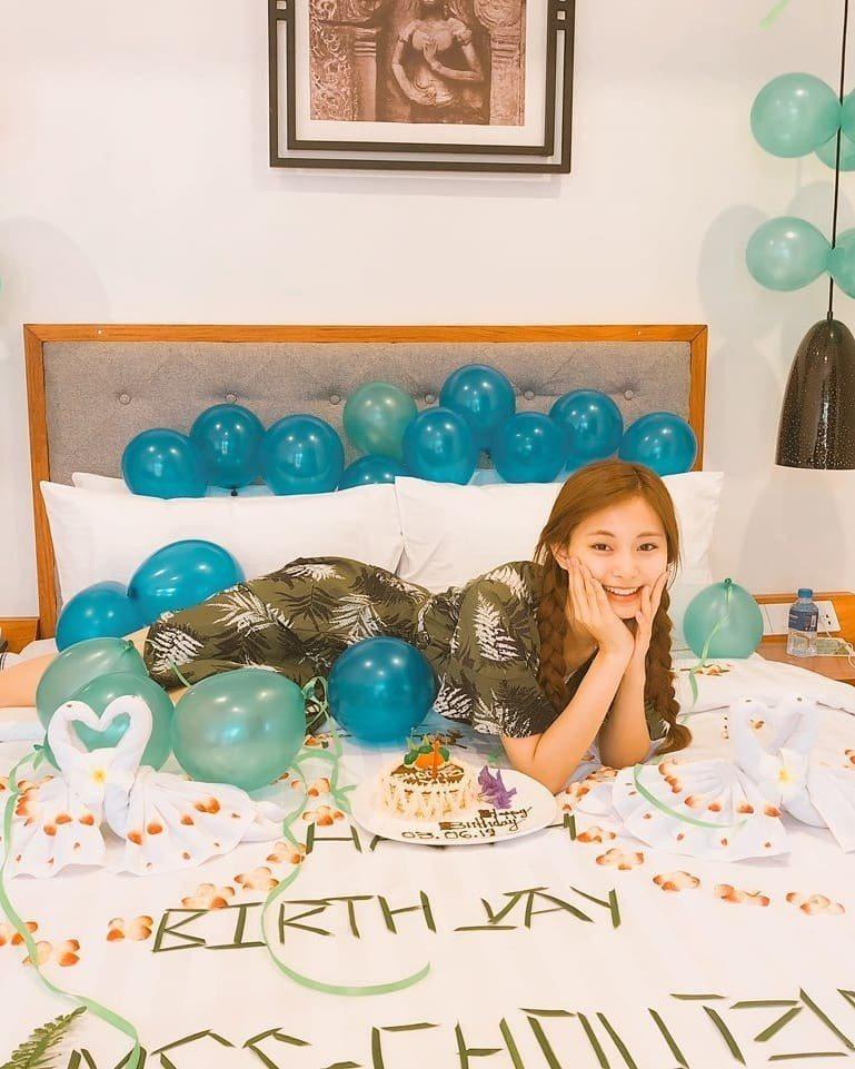子瑜滿20歲在飯店房間慶祝生日。 圖/擷自TWICE IG