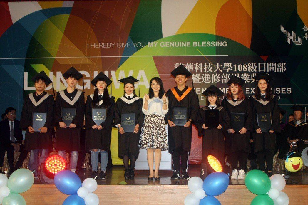 桃園市青年事務局長顏蔚慈(中),與獲獎畢業學子合影。龍華科大/提供