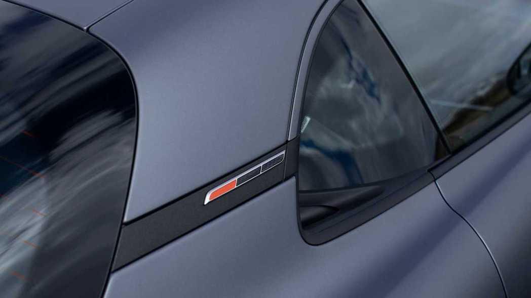 Alpine A110S C柱上橘色+碳纖維的徽飾。 摘自Alpine