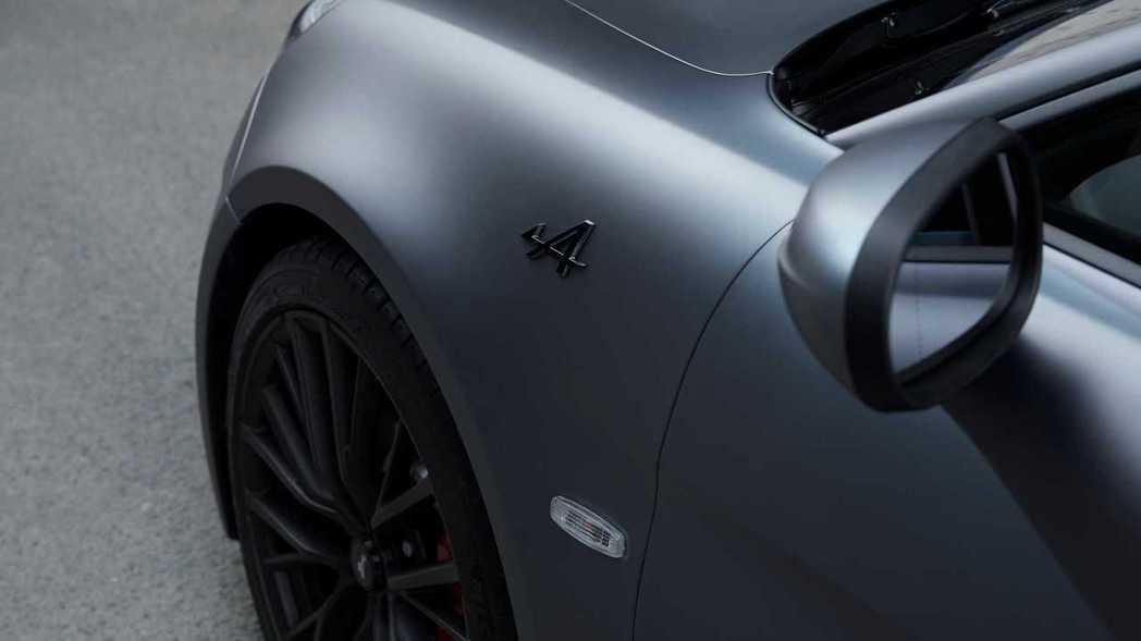 A110S葉子版上則是有黑色的廠徽。 摘自Alpine