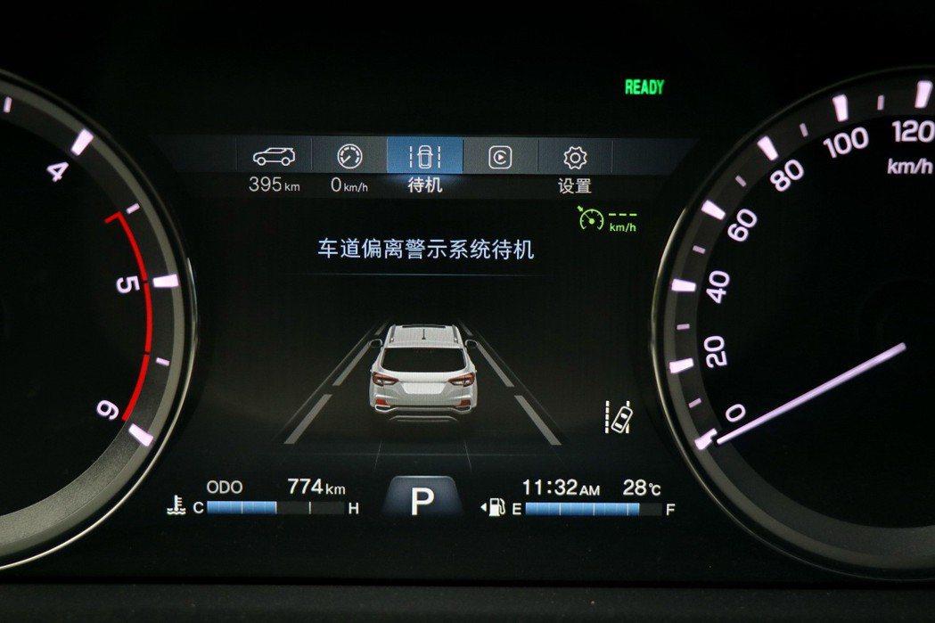 配備LDW車道偏移警示系統。 記者陳威任/攝影