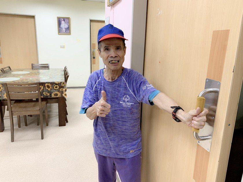 70歲的院生曾伯伯很高興門修好了,今天起開關門就不用這麼吃力。 桃竹苗分署/提供
