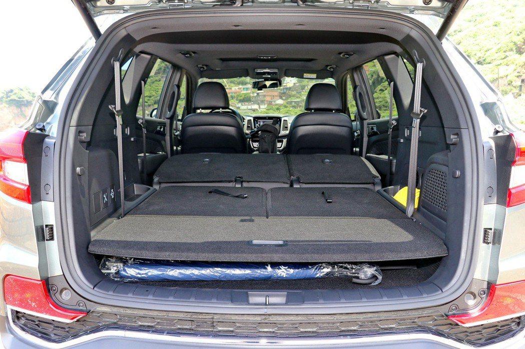 後座座椅均可傾倒的情況下,可提供最大1,806公升的行李箱容積。 記者陳威任/攝...