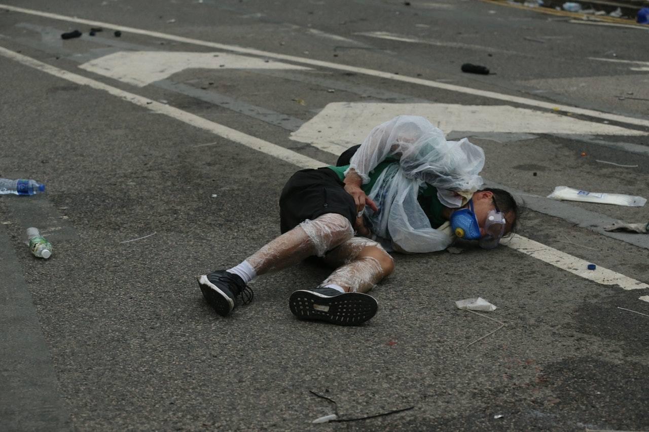 香港警方內部規定只可向目標的下肢發射,惟6月12日當日,有示威者被射中面部險盲,...