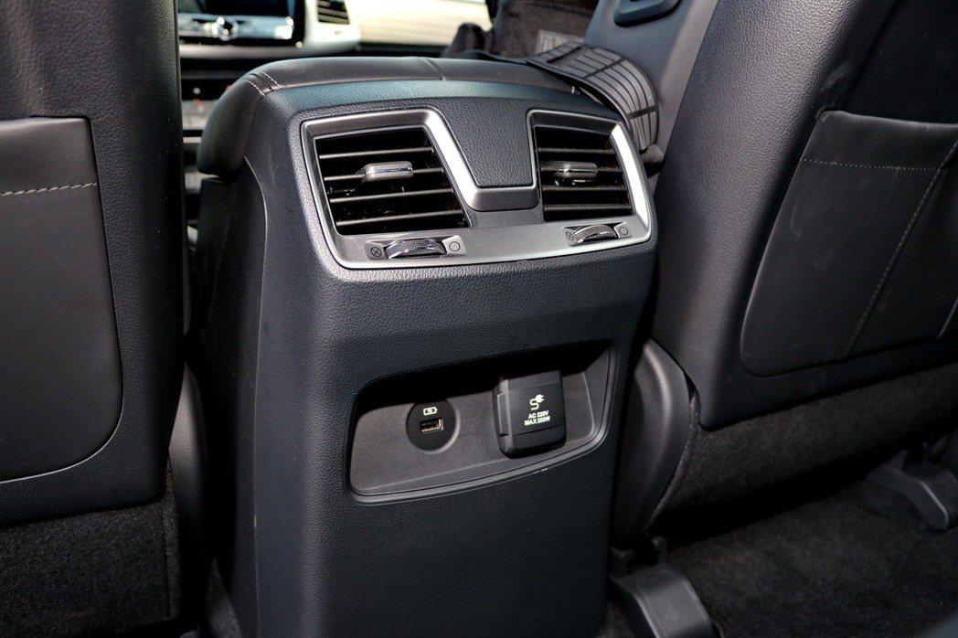 後座冷氣出風口也提供USB接頭及12V電源。 記者陳威任/攝影
