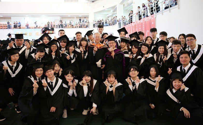 中國科大畢業生與師長熱情合影。 曹佳榮/攝影