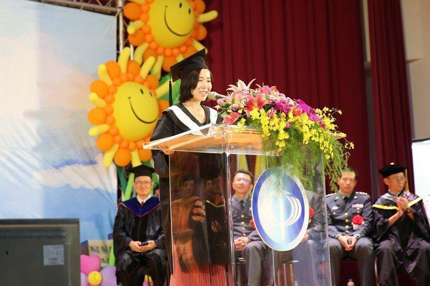 張詠婷感謝師長的教導、部隊的支持與家人的包容與陪伴,方能完成學業。 曹佳榮/攝影