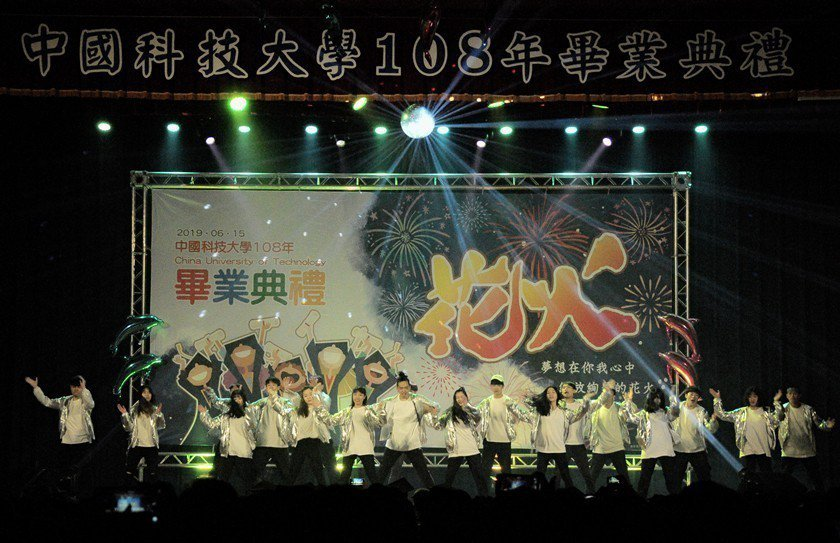 中國科大畢聯會以歌曲「花火」獻給畢業生,歌曲內容在提醒畢業生青春短暫如花火,要把...