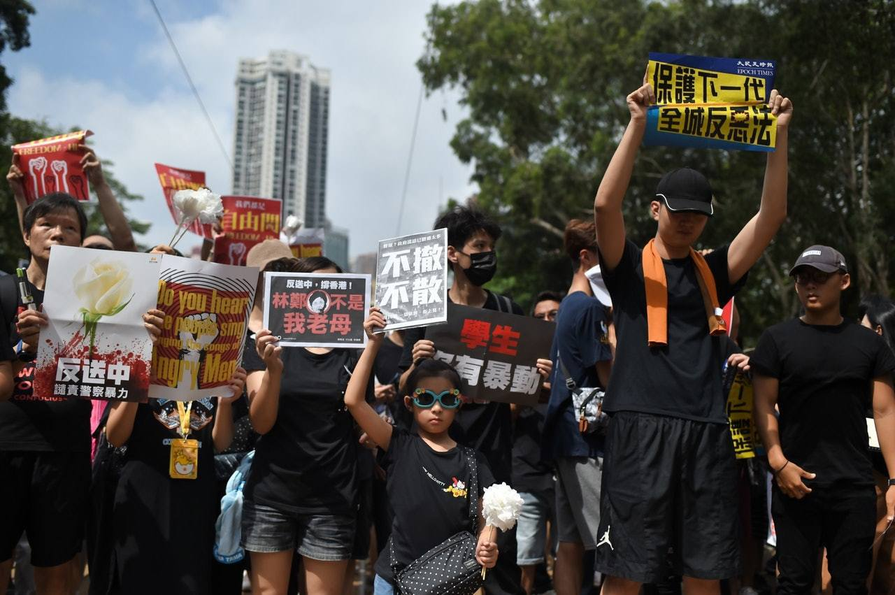 不少市民今日身穿黑衣,譴責警方使用暴力及不滿政府只是暫緩逃犯條例修訂,而非撤回。...