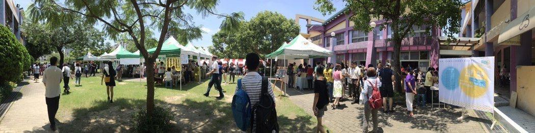 會員大會旁有市集活動與學校布置的靜態展。   楊逢峮/攝影