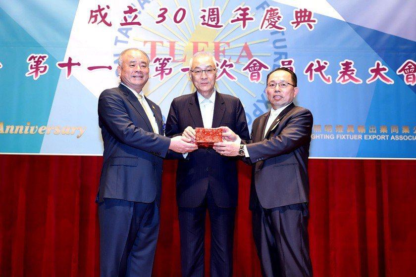 照明公會理事長黃明智(左)在中國國民黨主席吳敦義監交下,將代表公會的印璽交予新任...