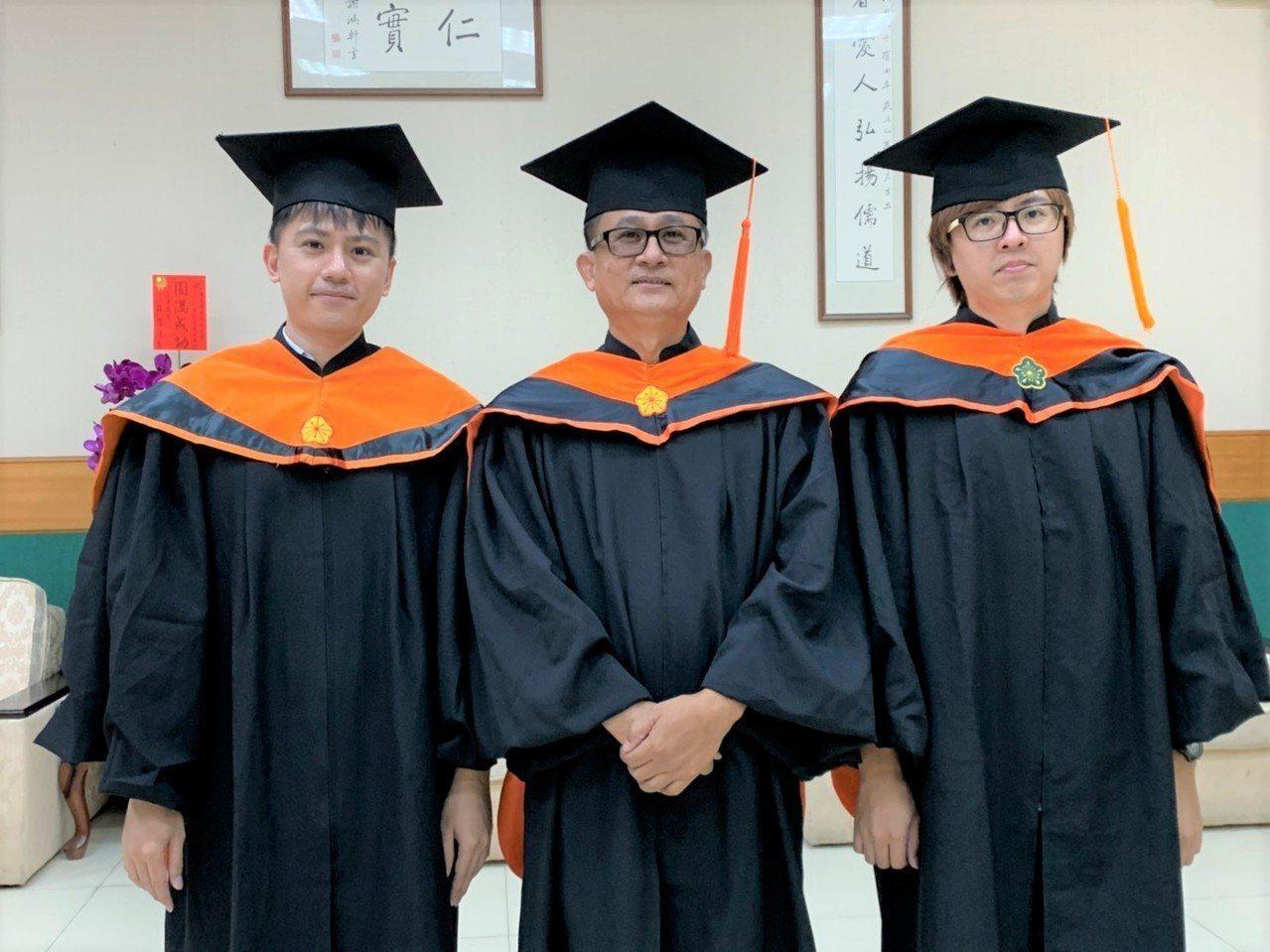 屏科大碩士專班林大本(中)與大兒子林殷(左)、小兒子林正霖(右)今天一起畢業,一...