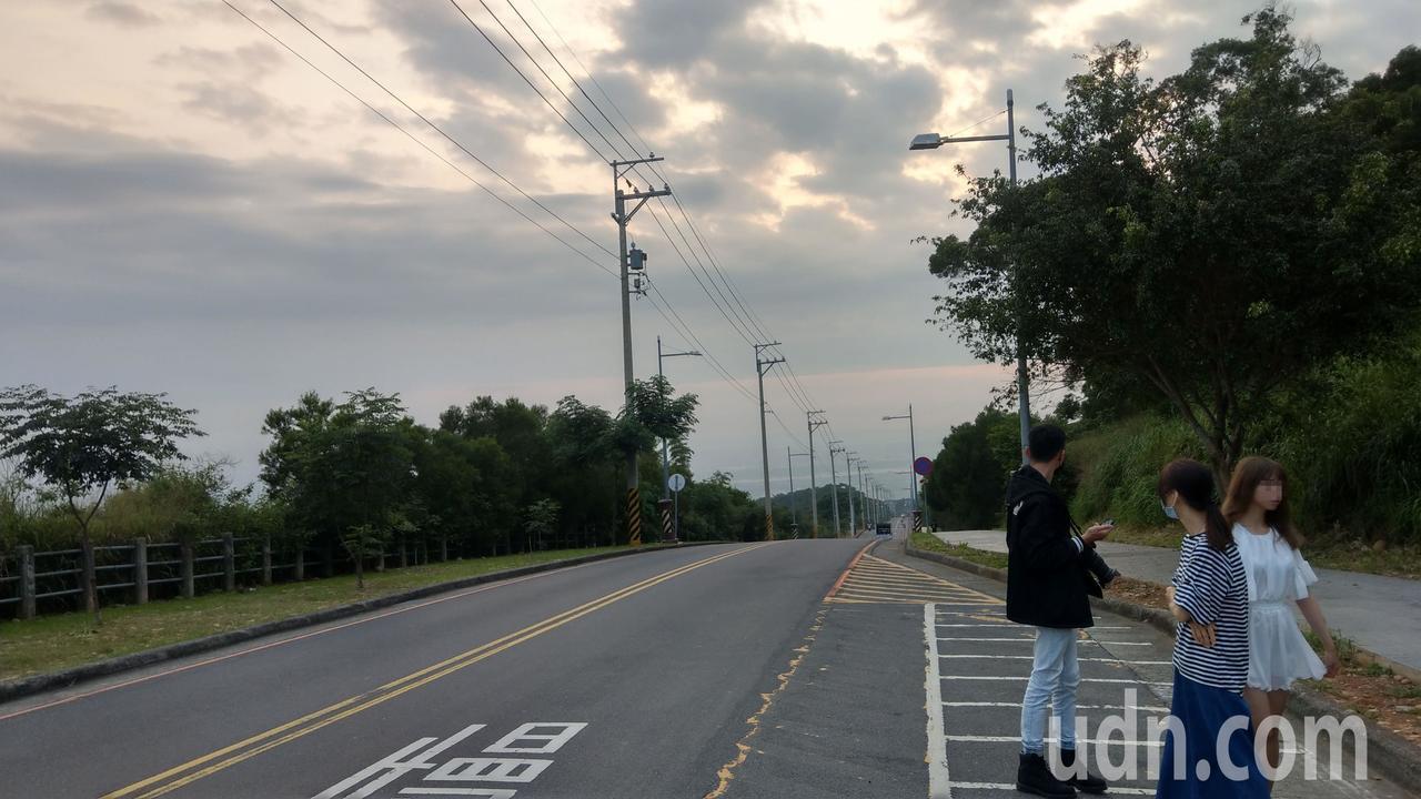 台中市大肚山華南路成排路燈俯瞰海線景色爆紅,但路窄、機汽車 爭道,路邊停...