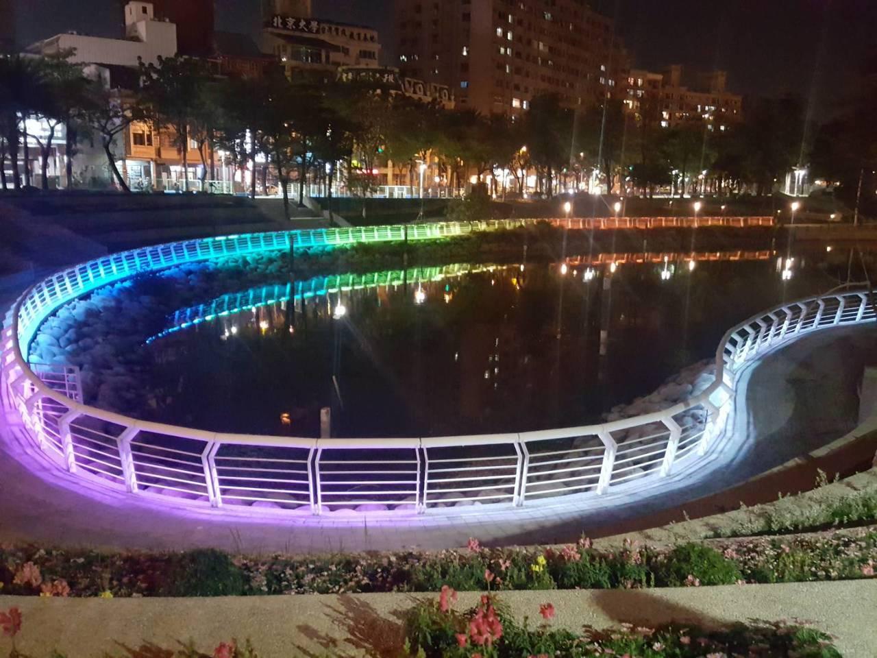 心形虹橋橫跨在博愛路上空,護欄燈光隨著節慶主題不同而變化,讓愛河越夜越美麗。記者...