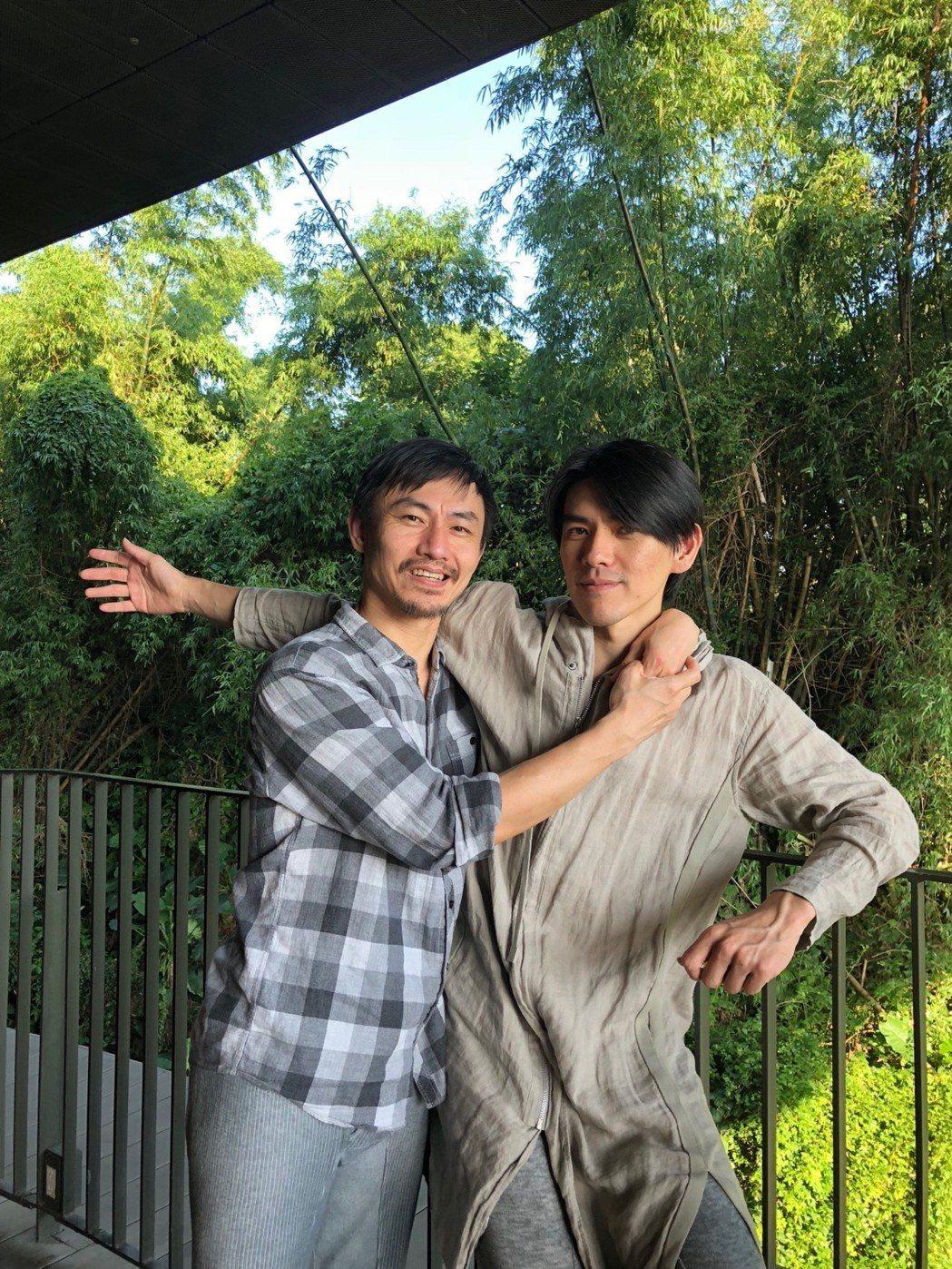香港不加鎖舞踴館團長王榮祿(左)與台灣編舞家周書毅合作《無用》。記者何定照/攝影