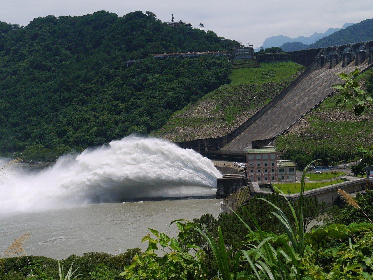石門水庫今年首次開啟排砂隧道放水,場面壯觀。圖/經濟部北水局提供