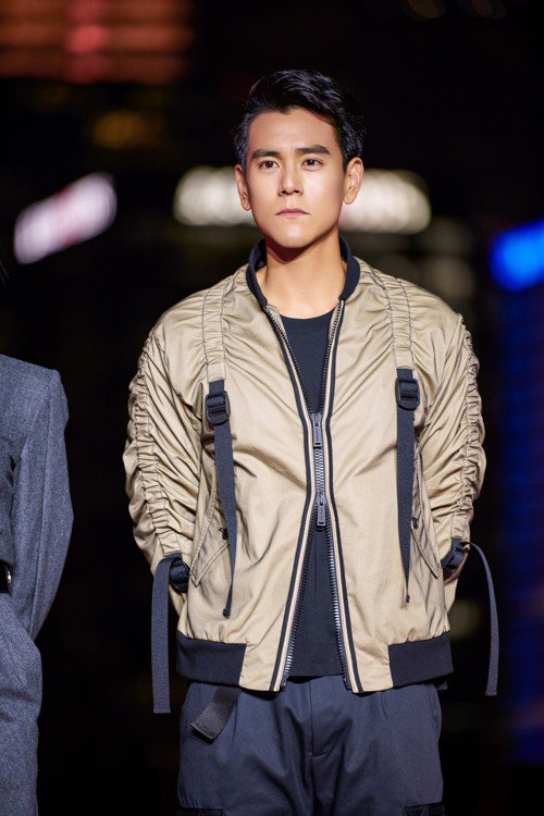 彭于晏選擇穿上DSQUARED2的卡其夾克,現身電影宣傳活動。圖/摘自微博