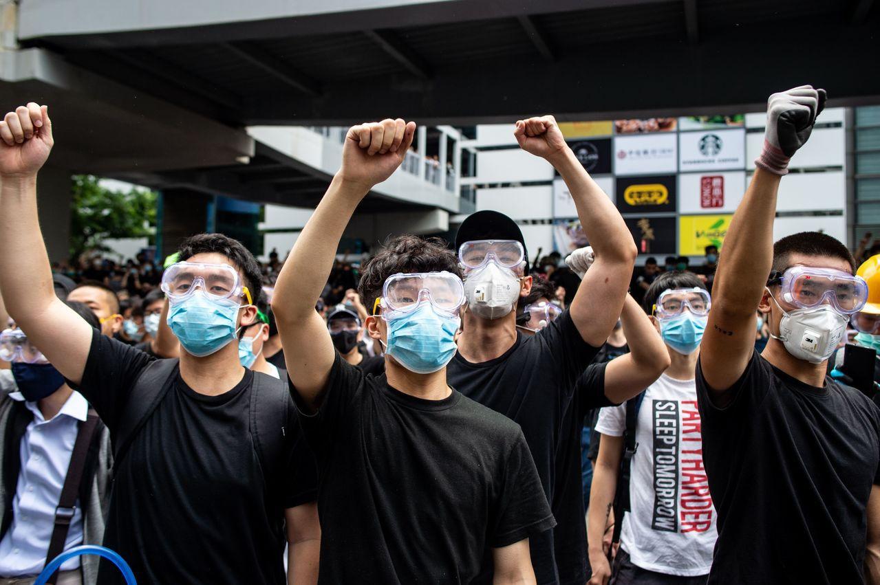 「反送中」示威者戴口罩和護目鏡自保,以免成為中國大陸當局監視對象。法新社