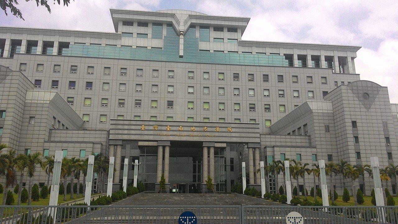 薛姓男子被控從前年11月20日至12月8日,隨機在台南市尋找落單4名婦人,謊稱是...