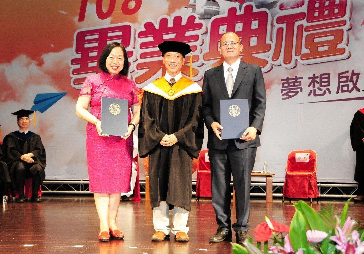 靜宜大學畢典上頒發傑出校友獎,EMBA畢業不久的張清照(右)如今是台中市議長。圖...