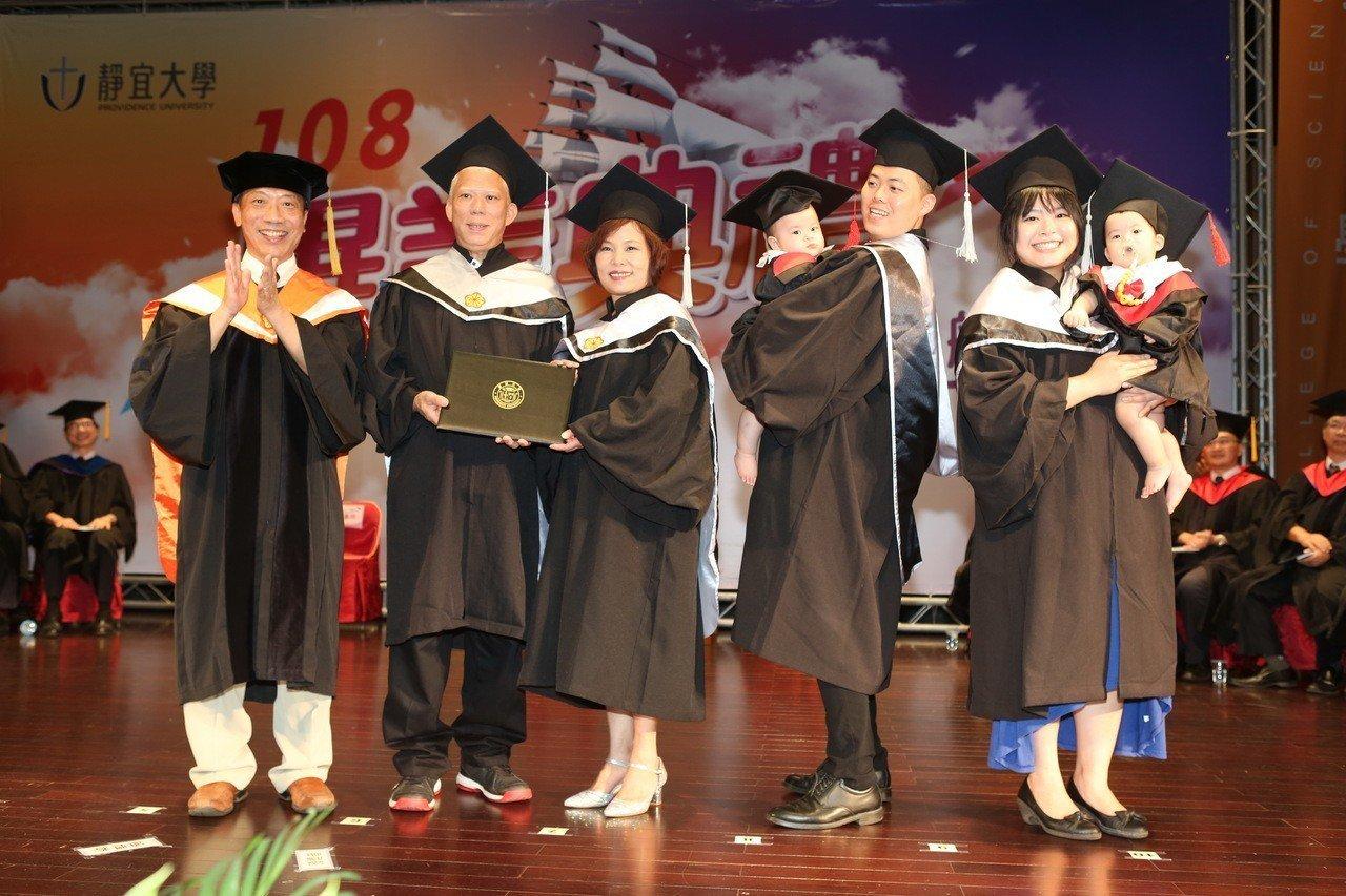 食品公司董事長王垂坤(左二)當初一家4人報考靜宜EMBA高階管理組,就學期間媳婦...