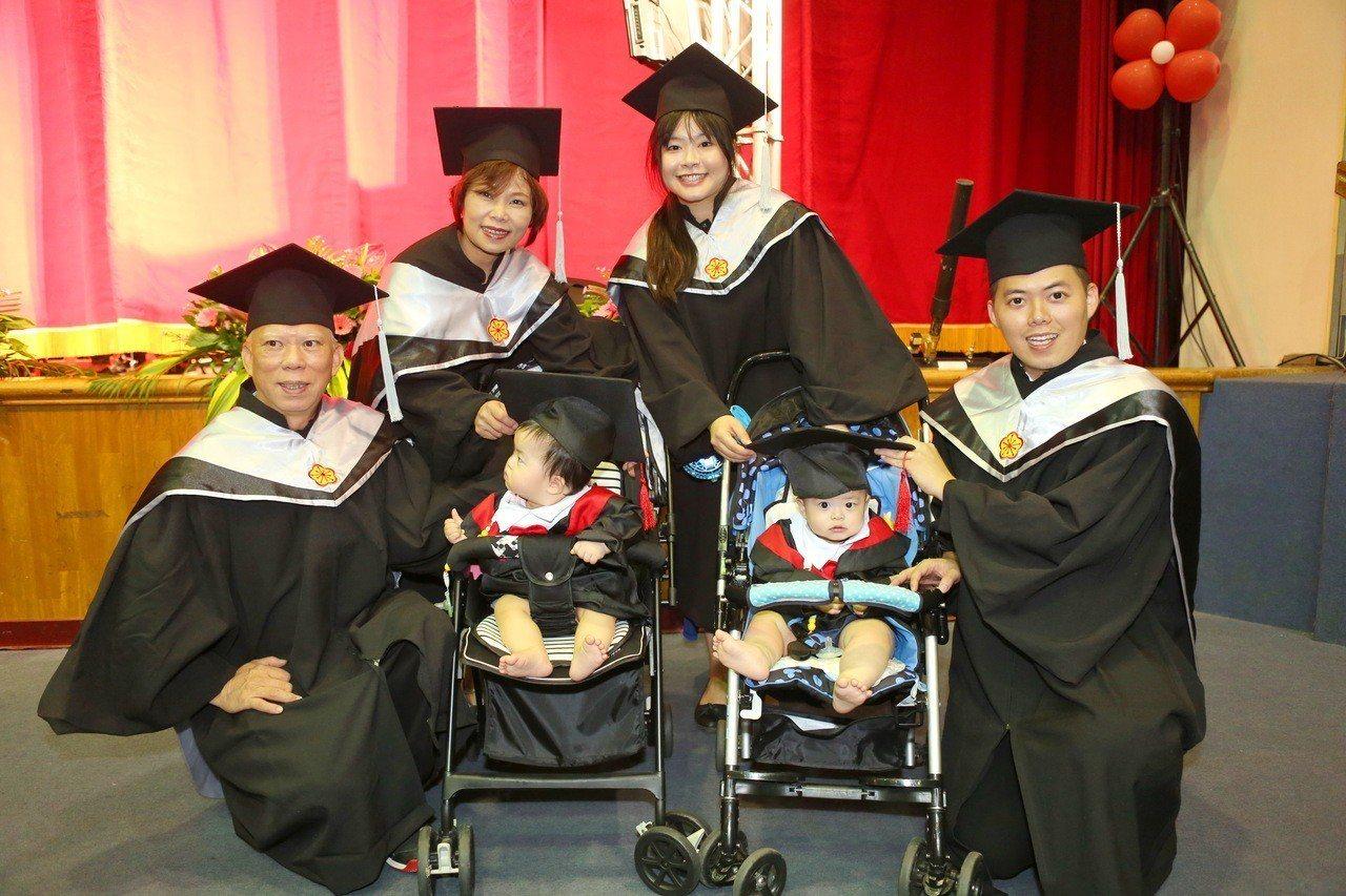 食品公司董事長王垂坤(左一)當初一家4人報考靜宜EMBA高階管理組,就學期間媳婦...