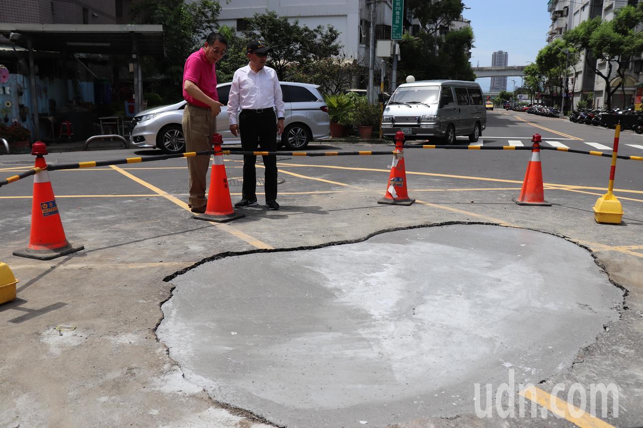 新北市三重區頂崁街210巷昨晚疑似台電管線破洞,造成地面下陷出現破洞,新北市長侯...