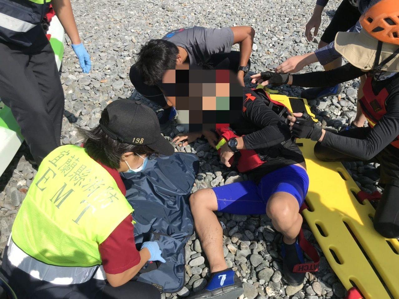 今天上午有遊客在宜蘭東澳灣划獨木舟,其中一艘船翻覆,造成遊客骨折。 圖/縣消防局...