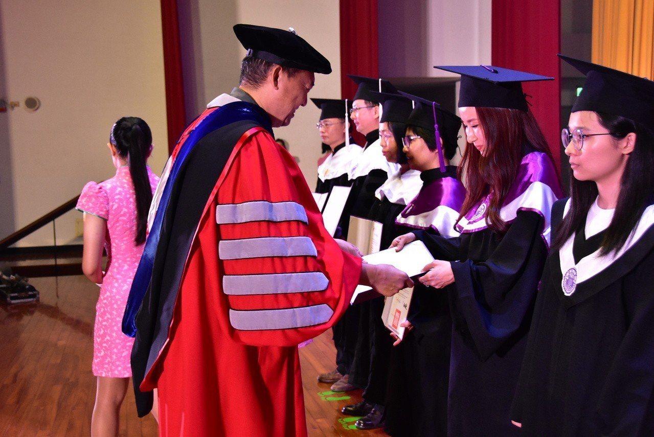 中國娃娃成員Pailin(娃娃)完成碩士學位。圖/明道大學提供