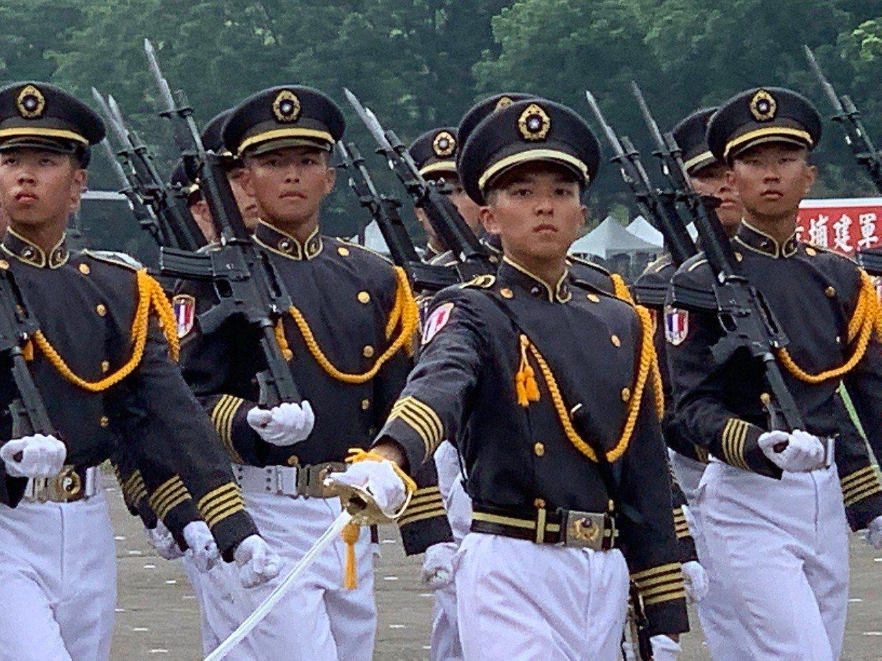 陸軍官校上午舉行95週年校慶典禮,由國防部長嚴德發主持,現場有盛大陸空分列式,圖...